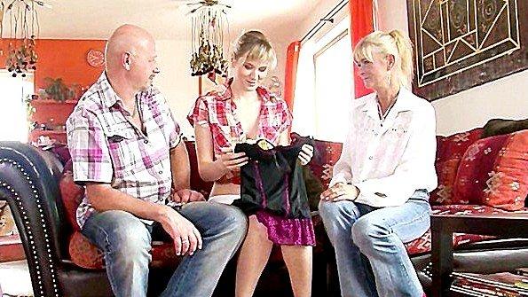 Родители подарили дочке нижнее бельё и занялись с ней сексом