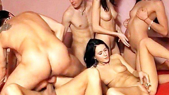 На пьяной вечеринку тёлок готовых к анальному сексу было больше чем парней