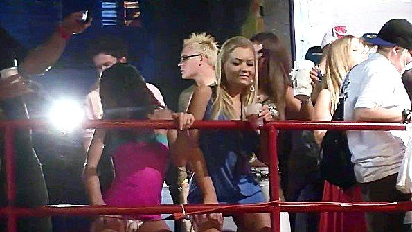 Девушки в ночном клубе светят своими прелестями сами того не замечая