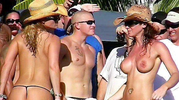 Эротические танцы девчонок на пляжной вечеринке