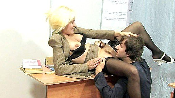 Русская училка соблазняет молодого студента и трахается с ним на парте
