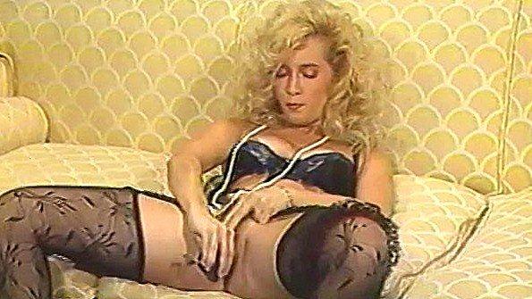 Блондинка дрюкала свою манду перед еблей с хахалем