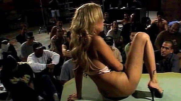 Мужики посмотрели как блондинка мастурбирует и дружно на неё кончили