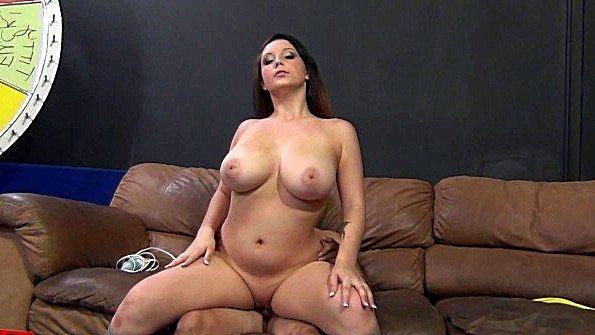 Тёлочка прям гордится что у неё такое тело и нет проблем в сексе с мужиками