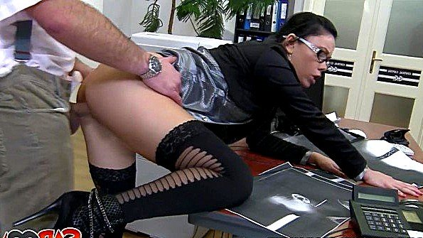 Любовница приехала к своему трахарю на работу заняться сексом на столе