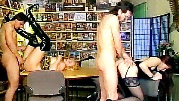 Секс шоп оказался идеальным местом для ебли
