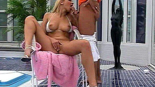 Чистильщик бассейнов трахает блондинку в анал и заливает её спермой