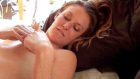 Одинокая брюнетка доводит свою киску до оргазма мастурбацией