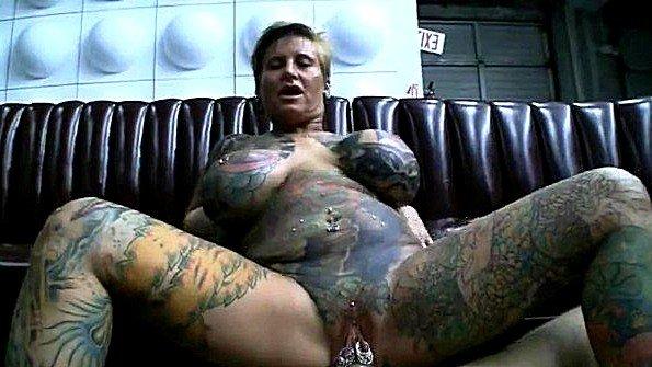 Татуированная матуха с пышными формами жестко ебётся с дружком