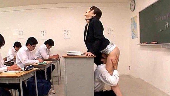 Студент делает куни училке во время урока