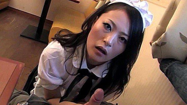 Японская официантка отсасывает одинокому клиенту