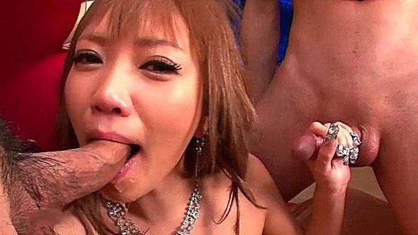 На вечеринке азиатку пустили по кругу