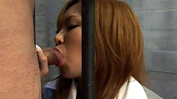 Японская заключенная отсасывает охраннику за ужин