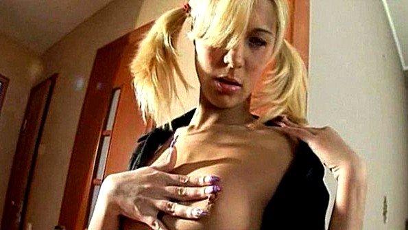 Блонди ебёт свою манду фаллосом размером чуть ли не конским