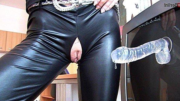 Прилепила на телевизор фаллос и трахается с ним через дырку в штанах