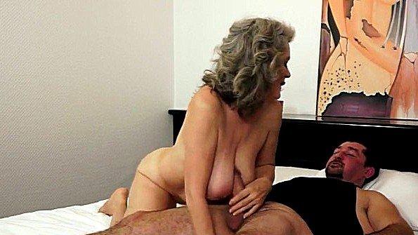 Бабка ещё огонёк в постели и ублажает своего парня сиськами и пиздятиной