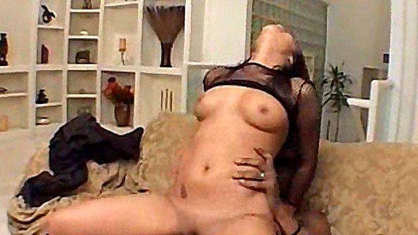 Негр брутально шкворит сексуальную латинку в анал