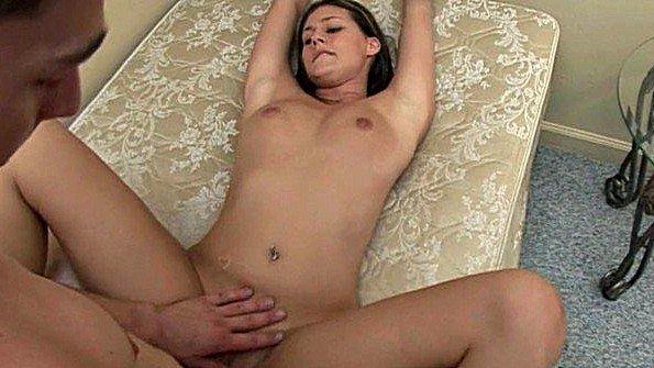 Щеголяет по дому своим сексуальным телом