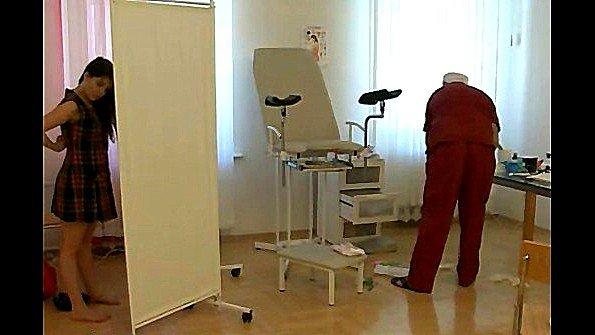 Гинеколог осмотрел пациентку и выебал её на кресле