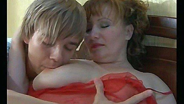 Молодой паренек шкворит в анал пухлую русскую мамочку