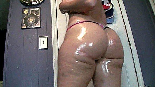 Промаслила свою жирную задницу чтобы было легче мастурбировать