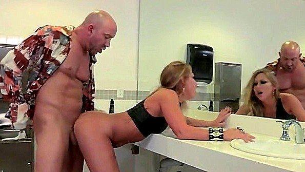 Секс в общественном туалете на первом свидании она точно не забудет