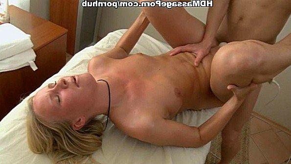 Счастливая блондинка занимается сексом после массажа