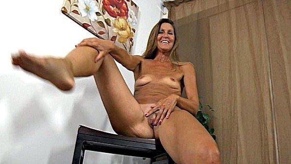 Мамочка даже в 50 лет сексуальна и хочет трахаться