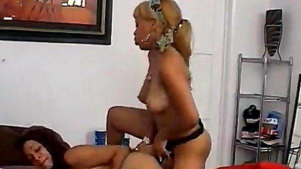 Подружка факает страпоном негритянку