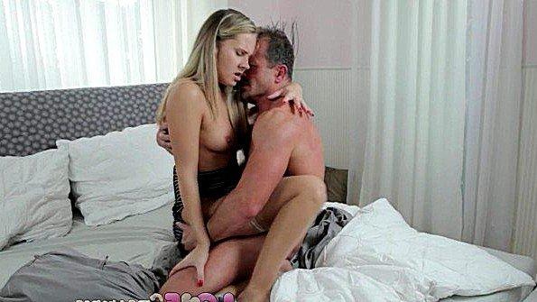 После секса кончил в волосатую пизду блондинки