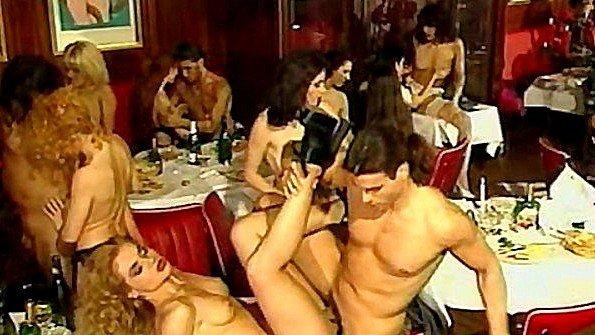 Званый ужин в ресторане превратился в свингер оргию