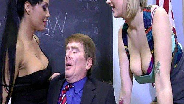 Преподаватель не устоял перед грудастыми студентками