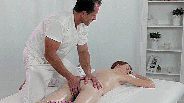 Хозяин массажного салона сам сделал молодке массаж и оттрахал её