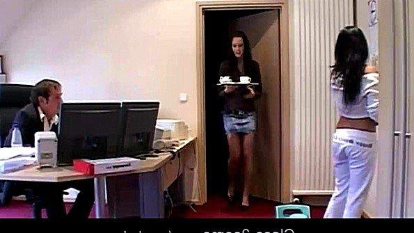 Босс трахает секретаршу и свою ассистентку в офисе