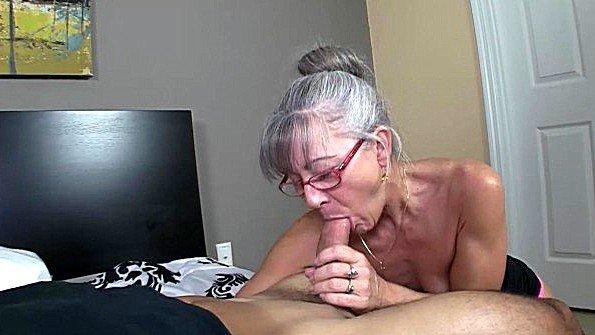 Похотливая бабка в очках отсасывает парню хуй