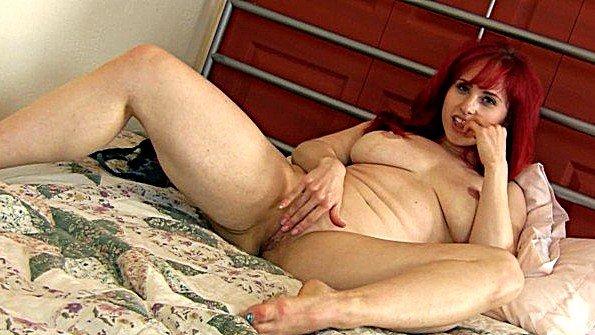 Рыжая грудастая Андреа трётся клитором об подушку