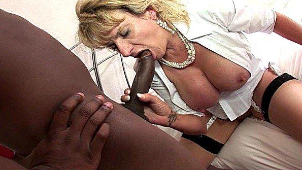 Старая домохозяйка ебётся с темнокожим корефаном