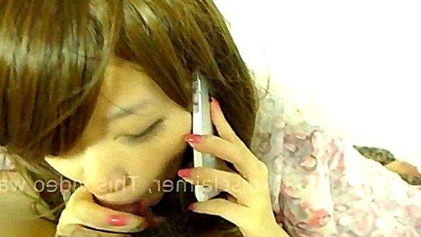 Азиат трахает свою подружку пока она разговаривает по телефону