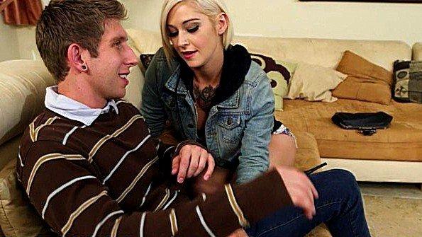 Татуированная Kleio Valentien сосёт и трахается с длинным членом