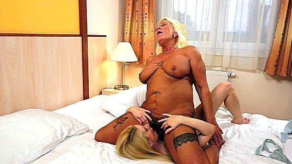 Зрелая милфа обучает молодую лесбиянку как ублажать партнершу