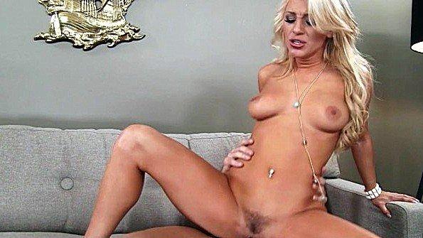 Супер блондинка Cameron Dee отсосала и поебалась