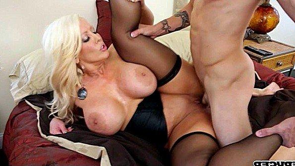 Блондинка устроила экскурсию со страстным сексом в спальне
