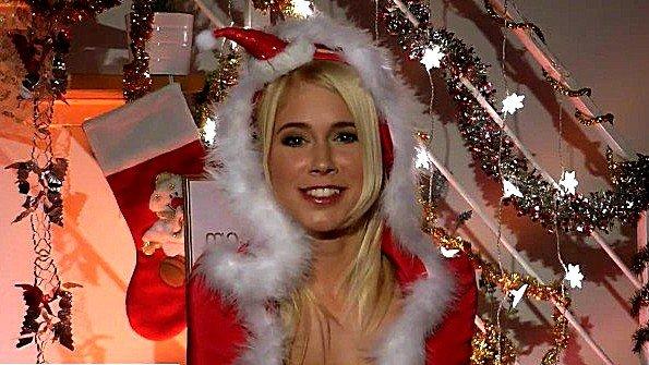 Сексуальная снегурочка ласкает свой клитор в новогоднюю ночь