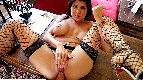 Татуированная домохозяйка трахается со своим мужем в его кабинете
