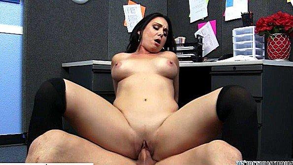 Большегрудой брюнетке срочно необходим мужик для секса в офисе