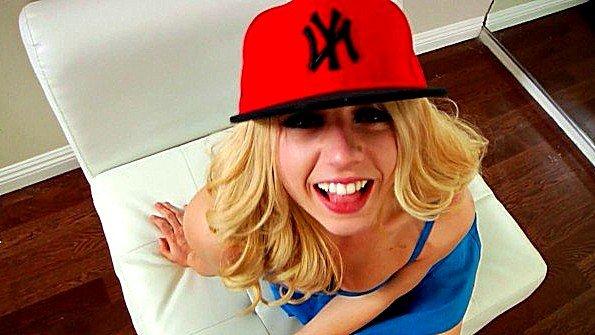 Кончает внутрь блондинки в красной кепке