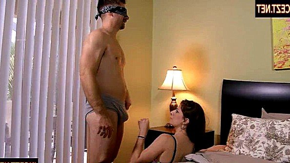Развратная дочурка доводит папочку до оргазма