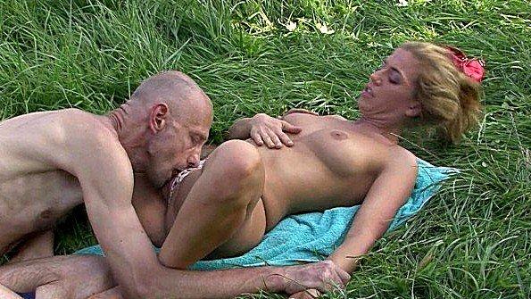 Зрелый мужик вылизывает клитор подружки на зеленой травке