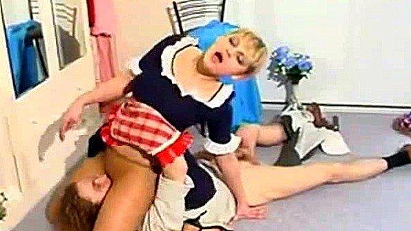 Сексуальная русская горничная соблазняет молодого невинного парня