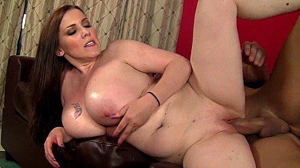 Пухлая массажистка делет приятно члену клиента своими дойками